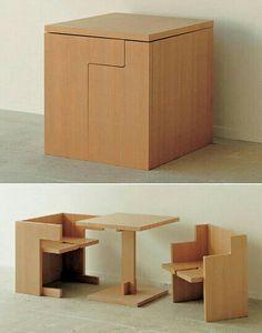 Mesa infantil multi-usos, ya que en ella se guardan sus mismas sillas hechas de madera maciza. Me gusta, porque resulta bastante práctica a la hora de ordenar el espacio en el que se encuentre y fácil de transportar también.