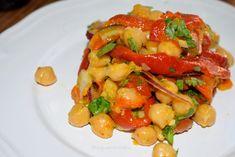 Ensalada fría de garbanzos y pimiento rojo asado - Antojo en tu cocina Fruit Salad, Pasta Salad, Shrimp, Veggies, Meat, 3, Ethnic Recipes, Food, Roasted Red Peppers