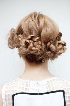 花をあしらったような巻き髪で、スポーティなドレスも女らしく。ヘアアレンジ-ロング編 - ヘアアレンジ:シュワルツコフ オンライン