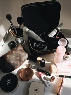 The Cosmetic Handle Wash Bag features two separate compartments. The top level accommodating 8 make-up brushes with dedicated holders, and the bottom compartment for storing larger items. Makeup Kit, Skin Makeup, Makeup Inspo, Makeup Bags, Drugstore Makeup Dupes, Makeup Cosmetics, Beauty Make Up, Beauty Care, Make Up Collection