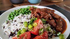 Karni Stoba met rijst en linzen, verse erwtjes en tomatensalade