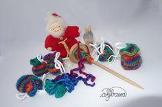 DSC02939_1cp | by akjbawa die bunten MiniBeutel habe ich von meinem handgesponnenen Garn für meine Kinder zu Weihnachten gestrickt (Handspindel vom wollwolff) - I knitted these mini bags for my children from my own handspun yarn