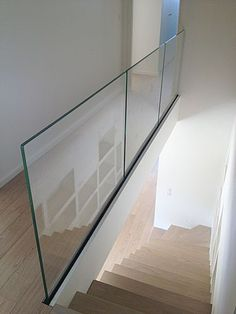 Trescalini - Raily clear glass railing, tempered glass double stratification with lateral fixation rail and bottom cover in painted steel.Our glass railings are available with two different systems : Glassy and Raily. The Glassy is a stainless. Glass Handrail, Frameless Glass Balustrade, Glass Stairs, Stair Handrail, Staircase Railings, Staircase Design, Banisters, Casa Kardashian, Balcony Railing Design