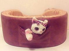 Глубокая лежанка для кошки или небольшой лежанки. Сзади лежанки есть небольшой кармашек для игрушки вашего питомца.