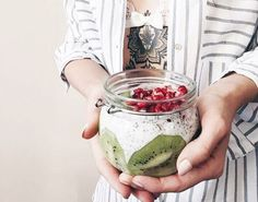 Zielone koktajle: chia + granat + kiwi + mleko kokosowe