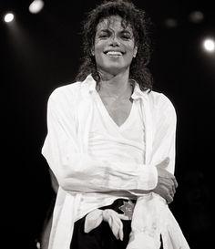 michael-jackson-smiling-black-and-white-bad-tour.jpg (2210×2560)