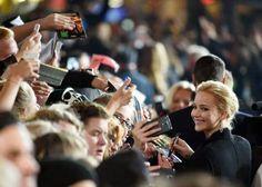 """""""Los amamos y apreciamos.Y juro por Dios, aunque sea lo último que haga, voy a tratar de firmar para todos ustedes. """"- Jennifer Lawrence <3"""