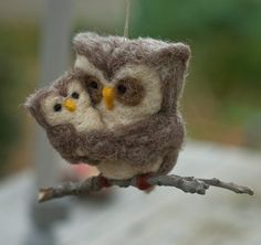 I decide that i am going to start collecting owl ornaments. If you see any cute ones that are inexpensive, grab them. I love this felted mommy and baby owl Christmas ornament Felt Christmas Decorations, Christmas Owls, Felt Christmas Ornaments, Felt Owls, Felt Birds, Felt Animals, Needle Felted Owl, Owl Bags, Owl Quilts
