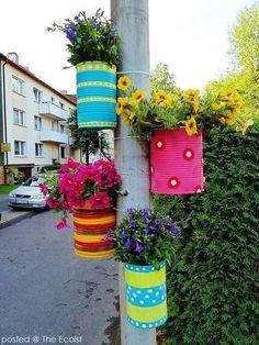 Diy Discover Tie colorful DIY flower pots to posts. Tie colorful DIY flower pots to posts. Garden Crafts, Garden Projects, Diy Projects, Diy Crafts, Project Ideas, Handmade Crafts, Handmade Rugs, Diy Flowers, Flower Pots