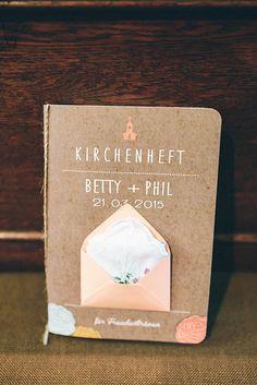 Kirchenheft aus Kraftpapier mit einem süßen kleinen Briefumschlag mit Stofftaschentuch darin. Den Umschlag könnte man auch in der Innenseite platzieren, als kleine Überrsachung.