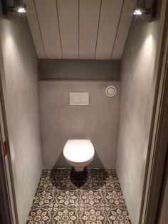 BOCH 2 Portugese tegels/cementtegels Toegepast in toilet. New Toilet, Bathroom, Toilet, Half Bathroom, Bath Tub For Two, Bathroom Design, Bathroom Decor, Toilet Tiles, Downstairs Toilet