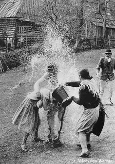 Look the Polish Ice Bucket Challenge Babushka Lady, Old Pictures, Old Photos, Polish Easter Traditions, Poland Facts, Polish Folk Art, Family Roots, Do Homework, My Heritage