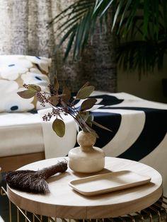 Pretty Room Decoration Ideas With Flower Vases That Looks Cool Flower Vase Design, Flower Vases, Vase Centerpieces, Vases Decor, Marimekko, Decorating Your Home, Interior Decorating, Decorating Ideas, Monochrome Interior