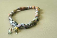 Fabriquer des perles en papier enroulé. On peut en faire un bracelet, un collier, des bijoux tendance, écolos récup.