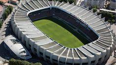 Les 10 stades de l'Euro 2016 | Le Parc des Princes, fief du Paris-Saint-Germain situé à Boulogne, dispose d'une capacité de 50.100 places. Il accueillera 4 matches de poule ainsi qu'un huitième de finale.
