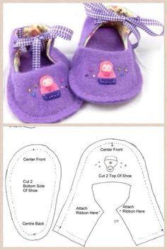 petits chaussons en feutre violet avec noeud pour tenir le pied.