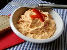 Tvaroh utřeme s máslem, vmícháme papriku, kapie, jemně nakrájenou cibulku a osolíme.
