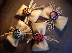Painted rocks - Favors with ladybugs Bomboniere Ideas, Confirmation Gifts, Pet Rocks, Pebble Art, Stone Art, Stone Painting, Clay Art, Rock Art, Painted Rocks