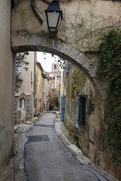 Hyeres var den første turistbyen langs Rivieraen. Men det var salthandel som først gjorde byen rik. Viajes