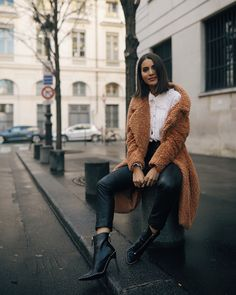 Look: Teddy Bear Coat in Paris - Super Vaidosa Teddy Bear Jacket, Teddy Coat, Paris Outfits, Winter Outfits, Winter Ootd, Ralph & Russo, Faux Shearling Coat, Outfit Invierno, London Outfit