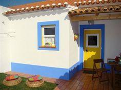 VISITA A: ALJEZUR   IKEA Magazine Casa alentejana com pequeno telheiro na entrada.