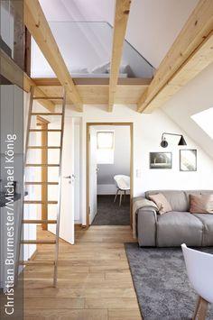 Dachschrägen sind was ganz besonderes, da sie schlichtweg Gemütlichkeit erzeugen. Diesen Wohn-/Koch-/Essbereich verbinden die durchgängigen Eichendielen und schaffen so Großflächigkeit. Im anschliessenden Schlafzimmer wurde ein umweltfreundlicher Teppichboden in wunderschönem Naturton verlegt, der sich als loser Teppich im Wohnbereich wiederholt.