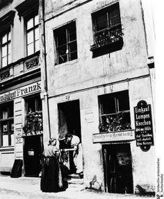 Berlin-Mitte, Kleiner Schwatz bei der Arbeit: Frauen um 1900 vor einer Lumpen- und Abfallhandlung in der Parochialstraße nahe des Nikolaiviertels, fotografiert von Heinrich Zille