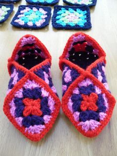 Crochet Granny Squares Patterns Basic granny square pattern with step by step instructions Jeff's nanna used to make these for me for Christmas - must take over this tradition! - Simple tutorial for beginners to learn to crochet a granny square. Crochet Slipper Pattern, Granny Square Crochet Pattern, Crochet Slippers, Crochet Granny, Crochet Patterns, Crochet Squares, Love Crochet, Crochet Gifts, Crochet Baby