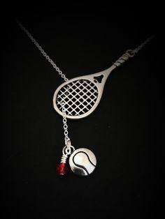 Il sagit dun magnifique sautoir. Une balle de tennis, est suspendu une raquette de tennis. Vous obtiendrez beaucoup de compliments avec ce collier sur et hors du court ! Montrer combien vous ou votre destinataire aime tennis