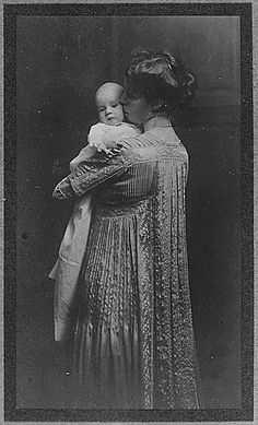 Eleanor Roosevelt and her daughter Anna,  1906.