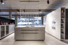 The Kitchen Club - Showroom Granit/ weiß Hochglanz/ Eggersmann Kitchen Club, Kitchen Island, Showroom, Home Decor, Granite Counters, Island Kitchen, Decoration Home, Room Decor, Home Interior Design
