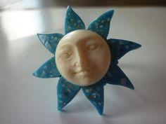 Bague réglable, soleil bleu et visage blanc en résine. : Bague par laboiteabijouxnanny