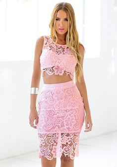Bastante modelo que viste de encaje de color rosa vestido de dos piezas