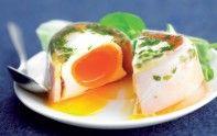 En entrée, épatez vos invités en préparant des oeufs en aspic. Une recette économique, à accompagner de salade et d'un toast.