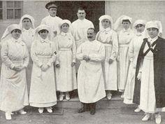 Enfermeras, practicante y médico de La Cruz Roja principios de 1900