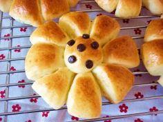 お花パン [Flower Bread] Cute flower is a form of bread ♪ Molding is very easy, the petals of the part is only cut into eight equal parts (* ^ _ ^ *)