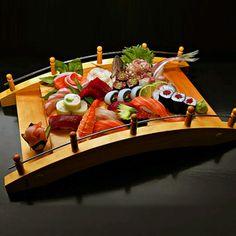 При приготовлении суши с самых первых дней использовались такие виды морепродуктов, как: тунец, желтохвост, люциан, угорь, макрель и лосось.