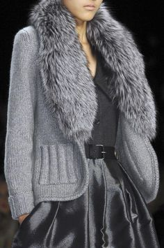 Knitted gray jacket with fur collar - Bill Blass at New York Fall 2008 (Details)beautiful sweater, wanna get it .this is what i love wearing tak GodVery nice classy sweater coatNo real fur pls, but love the look Knit Fashion, Grey Fashion, Look Fashion, Urban Fashion, Winter Fashion, Womens Fashion, Fashion Couple, Fashion Design, Mode Outfits