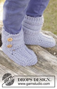 Blueberry Rolls - Knitted children slippers in garter st with rib, in DROPS Eskimo. - Free pattern by DROPS Design Sweater Knitting Patterns, Knitting Stitches, Knitting Socks, Knit Patterns, Free Knitting, Baby Knitting, Drops Design, Invisible Stitch, Knitted Slippers