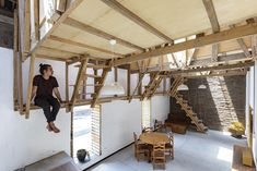 House of the Flying Beds / AL BORDE Completed in 2017 in Ecuador. Images by JAG Studio. Built in the late eighteenth century at first sight the house gave the impression of not being useful at all. It had only one-floor plan the brick. Architecture Awards, Amazing Architecture, Interior Architecture, Architecture Images, Residential Architecture, Derelict Buildings, Wood Steps, Rural House, Roof Structure