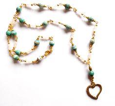 Halsband i guldplätering med vit jade och facetterad agat.  Längd: 64cm