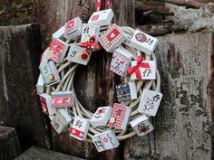 Věnec adventní překvapení - Masivní rustikální věnec o průměru 30cm dekoruje 24ks různě zdobených papírových krabiček, které mají vysouvací vnitřek, takže je lze snadno naplnit nejrůznějšímí dobrotami a překvapeními. Cena: 597 Kč. Holiday Countdown, Holiday Calendar, 12 Days Of Christmas, Christmas Wreaths, Lego Friends, Lego City, 4th Of July Wreath, Burlap Wreath, Diy And Crafts