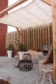 Rapper Yes-R kan weer lekker relaxen in zijn tuin: samen met Tom maakte hij een heerlijke zithoek. Het bankje geeft de tuin meteen een warme, gezellige sfeer. Hier lees je hoe je 'm maakt!