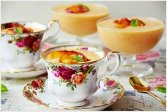 APRIKSENMOUSSE - eine Creme aus Quark und Sahne mit Aprikosen vermischt.