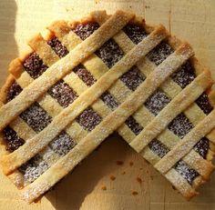 La crostata di ricotta e cioccolata è una torta ideale sia a merenda che a colazione preprata con una crema a base di cioccolato fondente. Ecco come prepararla in maniera davvero semplice.