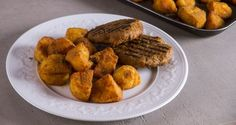 Greek crunchy roast potatoes by Greek chef Akis Petretzikis. Make the crunchiest, most delicious, aromatic Greek style roast potatoes with this easy recipe! Greek Recipes, Raw Food Recipes, Veggie Tales, How To Squeeze Lemons, Roasted Potatoes, Love Food, Easy Meals, Appetizers, Lunch