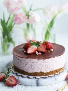 Silkinpehmeä Mansikkajuustokakku (vegaaninen - liivatteeton) Sweet Recipes, Vegan Recipes, Delicious Desserts, Dessert Recipes, Just Eat It, Valentines Food, Vegan Cake, Vegan Treats, Vegan Baking