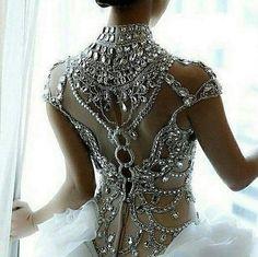 Este otoño está para brillar. Color plateado, metalizado, brillante y frío es una de las Tendencias para la temporada fría!! 💎 Stunning Wedding Dresses, Beautiful Gowns, Beautiful Outfits, Beautiful Bride, Bridal Gowns, Wedding Gowns, Bling Wedding, Party Gowns, Luxury Wedding