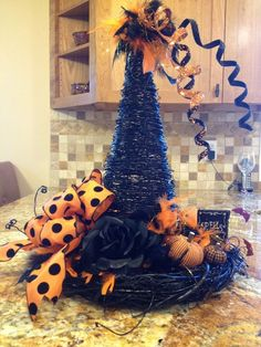 Make your Halloween decor even more terryfying with DIY Halloween Centerpieces ideas. These Halloween centerpieces will be the highlight of your party. Halloween Hats, Halloween Trees, Halloween Projects, Holidays Halloween, Halloween Stuff, Happy Halloween, Whimsical Halloween, Halloween Dinner, Halloween Witches
