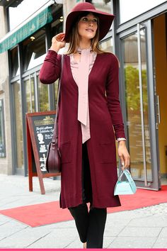 Viininpunainen neuletakki ja yhteensopiva huopahattu ovat elegantti yhdistelmä Amy, Duster Coat, Blazer, Jackets, Women, Fashion, Down Jackets, Moda, Fashion Styles